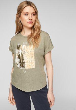 Print T-shirt - khaki placed confidence print