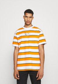 Karl Kani - SMALL SIGNATURE STRIPE TEE UNISEX - Print T-shirt - orange - 2