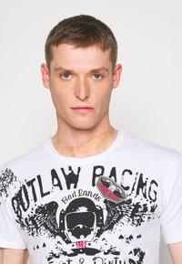 Key Largo - OUTLAW RACING ROUND - Print T-shirt - white - 4