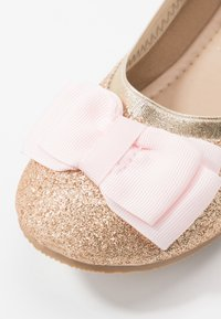 Cotton On - KIDS PRIMO - Klassischer  Ballerina - gold shimmer - 2