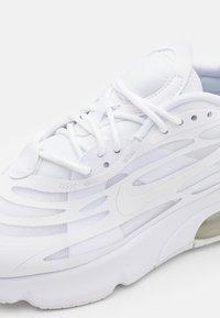 Nike Sportswear - AIR MAX EXOSENSE UNISEX - Sneakers - white/summit white - 5