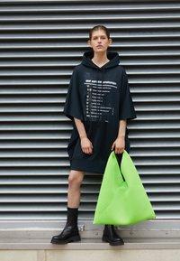 MM6 Maison Margiela - JAPANESE BAG CLASSIC - Bolso shopping - acid green - 2
