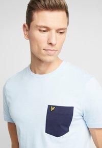 Lyle & Scott - CONTRAST POCKET - T-shirt med print - pool blue/navy - 4
