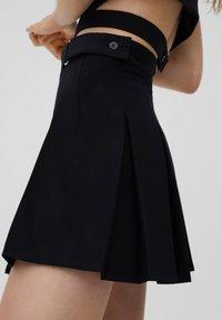 PULL&BEAR - MIT KELLERFALTEN UND SCHNALLE - Pleated skirt - black - 5