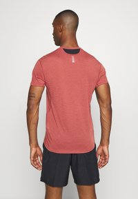 Under Armour - STREAKER SHORTSLEEVE - Camiseta estampada - cinna red - 2