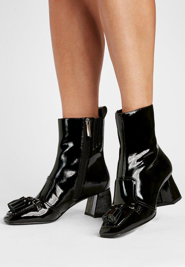 MACKENSIE - Korte laarzen - schwarz