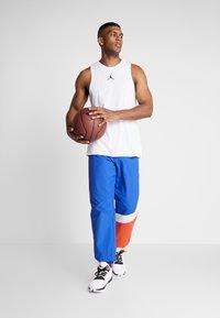 Mitchell & Ness - MIDSEASON PANT - Pantalon de survêtement - royal/orange - 1