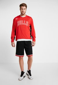 Nike Performance - NBA CHICAGO BULLS SHOOTER LONG SLEEVE - Pelipaita - university red/black - 1