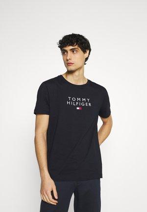 STACKED FLAG TEE - Print T-shirt - desert sky