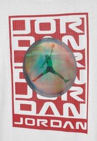 Jordan - FLASH STACK - Print T-shirt - white - 3