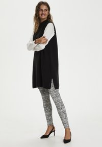 Kaffe - KAPAPPI  - Leggings - Trousers - black/white paisley print - 1
