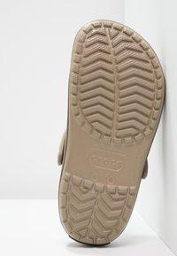 Crocs - CROCBAND UNISEX - Drewniaki i Chodaki - khaki - 4