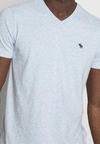 Abercrombie & Fitch - NEW FRINGE V NECK 3 PACK - T-shirt imprimé - red/light blue/navy blue - 6