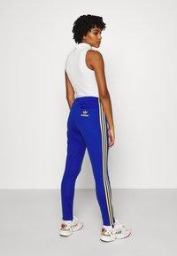 adidas Originals - 70S PANT - Leggings - Trousers - active gold/team royal blue - 2