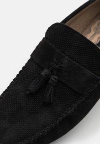 Burton Menswear London - FLINT TASSEL DRIVER - Mokasíny - black - 5