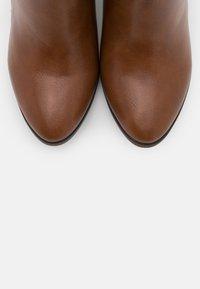 Wallis Wide Fit - WIDE FIT WATERFALL - Boots à talons - tan - 5