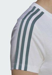 adidas Originals - T-shirt z nadrukiem - white - 5