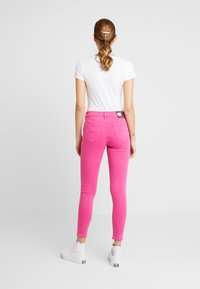 Tommy Jeans - NORA MID RISE SKINNY ANKLE - Jeansy Skinny Fit - pink - 2