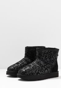 UGG - CLASSIC MINI SPARKLE GRAFFITI - Stövletter - black - 4