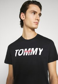 Tommy Jeans - LAYERED GRAPHIC TEE  - T-shirt con stampa - black - 4