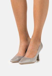 Alberta Ferretti - Classic heels - grey - 0