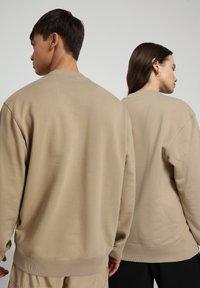 Napapijri - B-PATCH CREW - Sweatshirt - mineral beige - 3