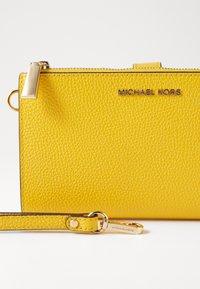 MICHAEL Michael Kors - Portemonnee - sunflower - 4