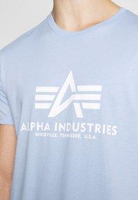 Alpha Industries - Print T-shirt - light blue - 6