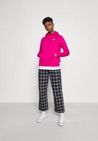 Nike Sportswear - HOODIE - Sweat à capuche - fireberry/white - 1