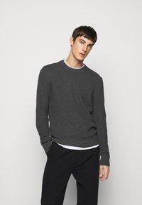 J.LINDEBERG - OLIVER  - Stickad tröja - dark grey melange - 0