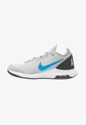 NIKECOURT AIR MAX WILDCARD - Multicourt tennis shoes - light smoke grey/blue hero/off noir/white
