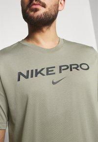 Nike Performance - TEE PRO - T-shirt z nadrukiem - light army - 4