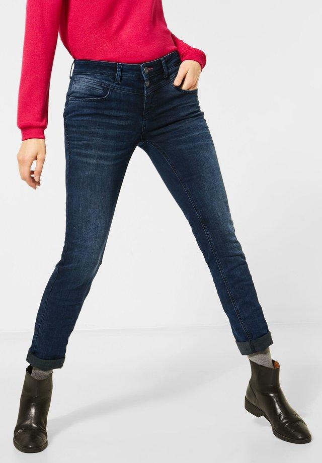 MIT NIETEN - Jeans Slim Fit - blau