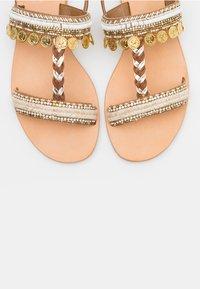Cosmoparis - IBANE PIECE - Sandals - blanc/or - 4