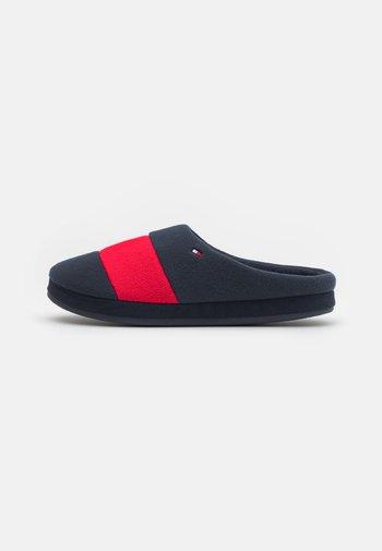 FLAG HOMESLIPPER - Slippers - red/white/blue