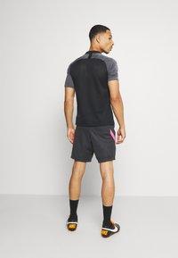 Nike Performance - DRY STRIKE SHORT - Sportovní kraťasy - black/anthracite/hyper pink - 2