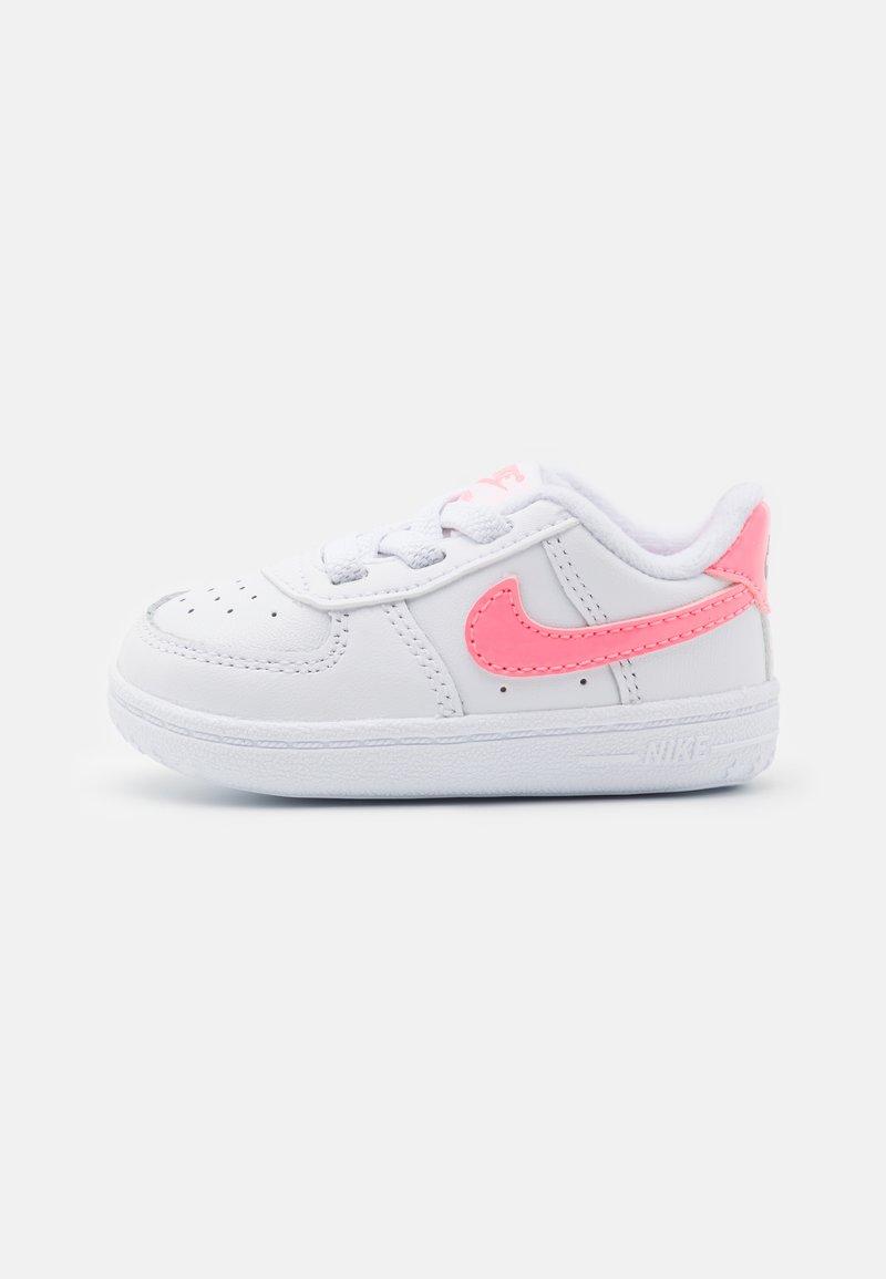 Nike Sportswear - FORCE 1 CRIB UNISEX - Chaussons pour bébé - white/sunset pulse/black