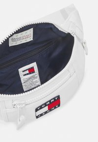 Tommy Jeans - HERITAGE BUMBAG UNISEX - Bum bag - white - 4