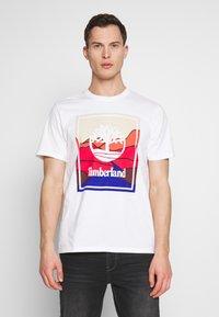 Timberland - KENNEBEC RIVER HORIZON GRAPHIC TEE - T-shirt med print - white - 0