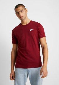 Nike Sportswear - CLUB TEE - T-shirt - bas - team red/white - 0