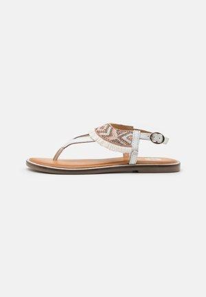 BERMUDAS - Sandály s odděleným palcem - blanco