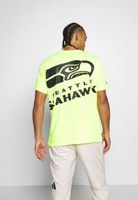 Fanatics - NFL SEATTLE SEAHAWKS SHORT SLEEVE - Artykuły klubowe - neon yellow - 2