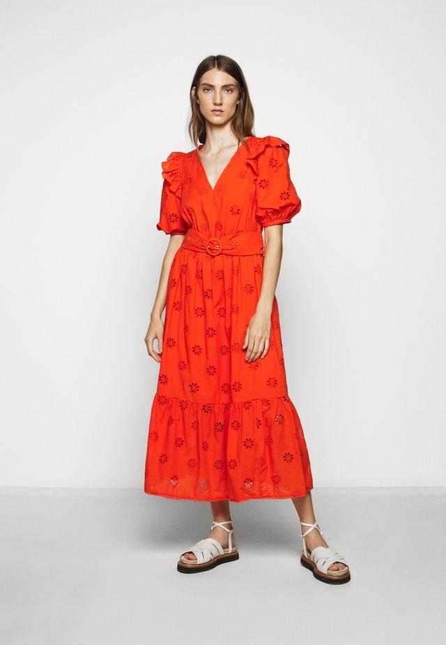 SPADE CLOVER EYELET DRESS - Denní šaty - tamarillo