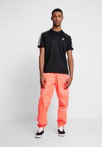 adidas Originals - MONOGRAM RETRO JERSEY - T-shirt med print - black - 1