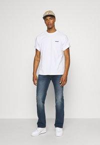 Levi's® - TAB VINTAGE TEE UNISEX - Basic T-shirt - white - 1