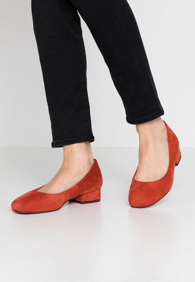 WIDE FIT REGINA - Classic heels - spice