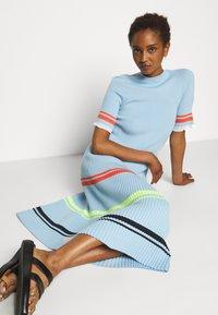 Victoria Victoria Beckham - STRIPE DETAIL SOFT SUMMER DRESS - Sukienka z dżerseju - pale blue - 5