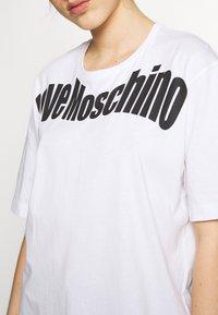 Love Moschino - T-shirt imprimé - optical white - 5