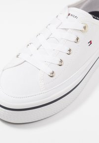 Tommy Hilfiger - CORPORATE FLATFORM SNEAKER - Matalavartiset tennarit - white - 2