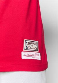 Mitchell & Ness - NBA CHICAGO BULLS SCOTTIE PIPPEN NAME AND NUMBER TEE - Article de supporter - red - 4